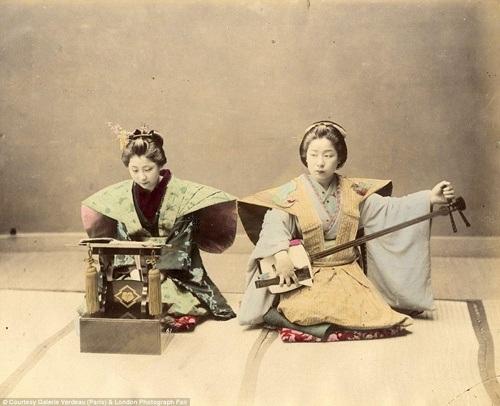 Các cô gái geisha đang chơi nhạc