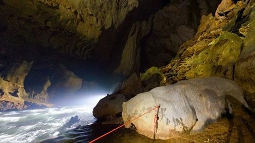 Bộ ảnh dẫn dắt người xem từ hành trình thám hiểm bên ngoài con sông, lỗi dẫn vào hang Sơn Đoòng
