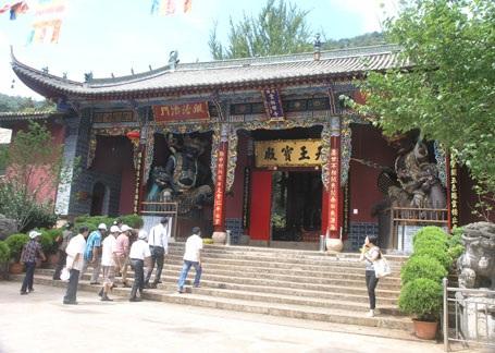 Chùa cổ Hoa Đình 800 tuổi thờ Phật và 500 pho tượng La Hán.