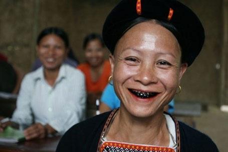 Người phụ nữ Lự thường có hàm răng đen bóng