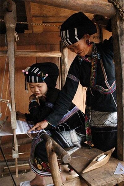 Phụ nữ Lự rất giỏi thêu thùa, dệt vải
