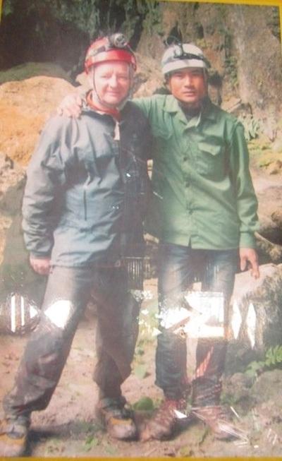 Bức ảnh chụp kỉ niệm giữa anh và chuyên gia hang động Hoàng gia Anh Howard Limbert