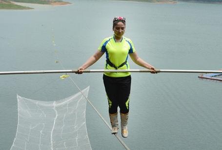 Cuộc thi đi bộ trên dây ở độ cao không thể tin được