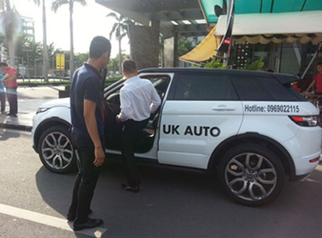 Khách hàng được nhân viên UK Auto tư vấn và hướng dẫn cách sử dụng xe tận tình