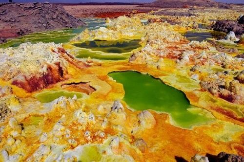 Các hồ lưu huỳnh ở Danakil Depression có màu vàng xanh đặc trưng và bốc mùi trứng thối