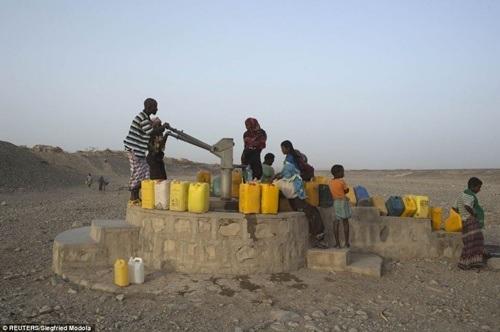 Người dân chờ lấy nước