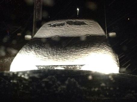 Chiếc xe hơi đã kín tuyết sau một đêm