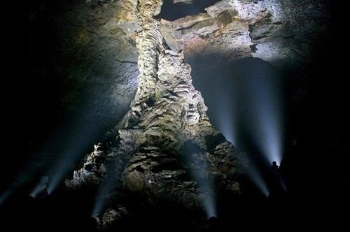 Hệ thống đèn chiếu sáng tại các cột dung nham