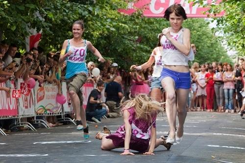 Một cuộc chạy đua trên những đôi giày cao lênh khênh diễn ra ở thủ đô