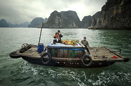 Một gia đình sống trên thuyền ở vịnh Hạ Long