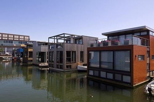 Cận cảnh những căn nhà trên mặt nước