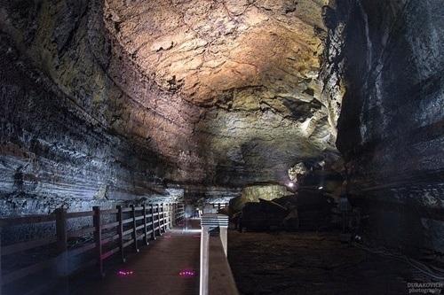 Con đường nhỏ dẫn vào tham quan hang động