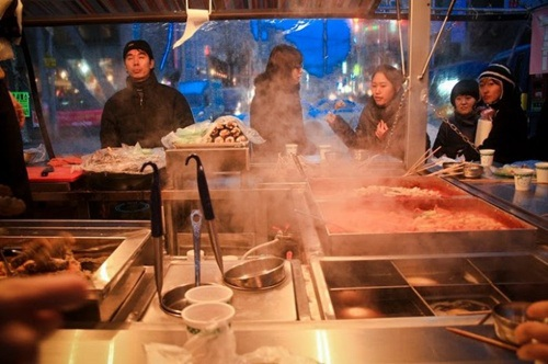 Quầy hàng ấm áp với đồ ăn quyến rũ