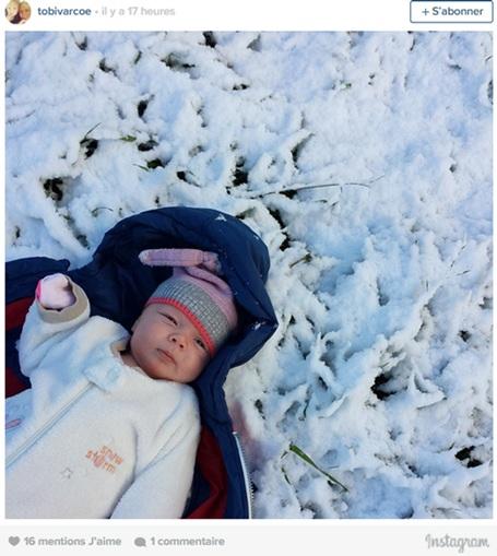 Một em bé được đưa đi hưởng cái lạnh đầu đông