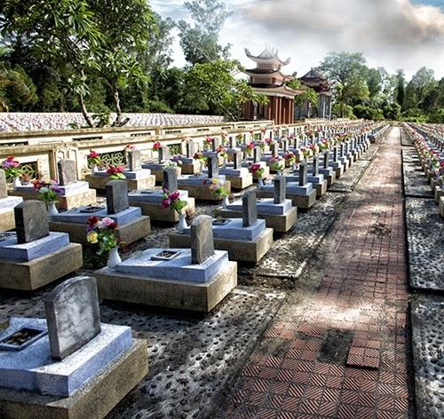 Tác giả cũng đến thăm một nghĩa trang liệt sỹ ở Việt Nam
