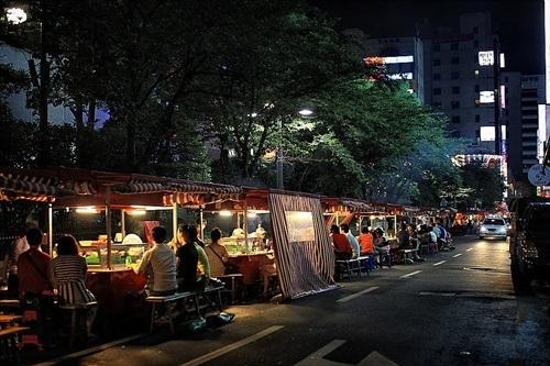 Một góc phố Hàn với các quầy Pojangmacha san sát nhau
