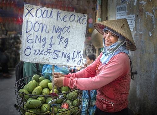 Nụ cười cô gái bán hàng. Ảnh chụp tại thành phố Hồ Chí Minh