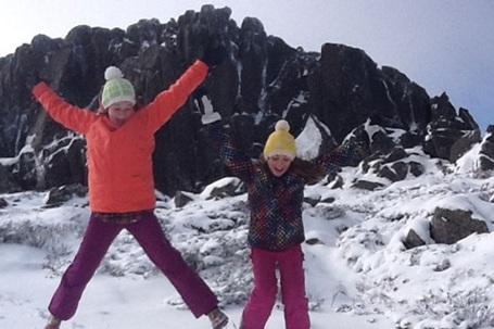 Hai bé gái hào hứng khi tuyết rơi