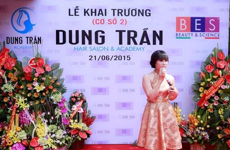 NTMT Dung Trần – bà chủ tài năng của Dung Trần Academy xúc động phát biểu trong buổi lễ khai trương