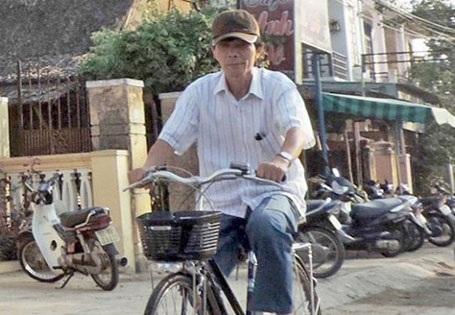 Bí thư Thành ủy Hội An Nguyễn Sự thong dong đạp xe khắp các con phố cổ