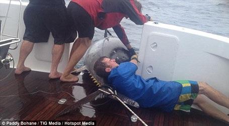 Sau khi biết con cá mắc câu, bà đã dùng sức mình để kéo con thủy quái lại gần thuyền.