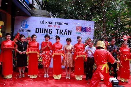 NTMT Dung Trần (giữa) cùng các tên tuổi uy tín trong ngành tóc Việt cắt băng khai trương