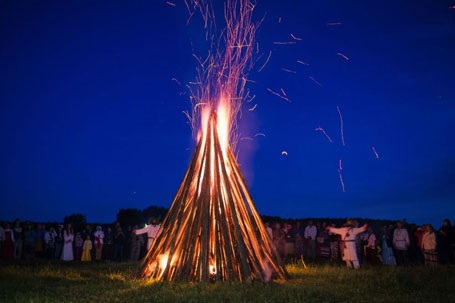 Ngọn lửa khổng lồ được thắp trong lễ hội gần làng Okunevo. (Nguồn: Sputniknews)