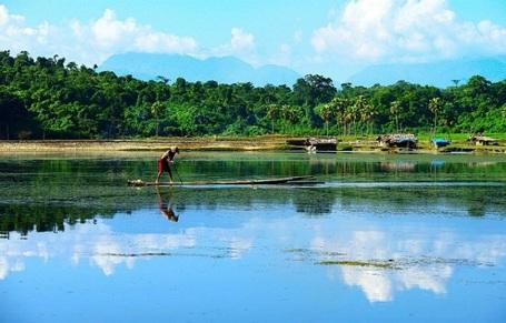 Để tham quan cảnh đẹp trên hồ chúng ta có thể đi bằng thuyền gỗ mộc.