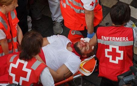 Mộtngười tham gia lễ hộiđược các nhân viên y tế đưa vào viện cấp cứu