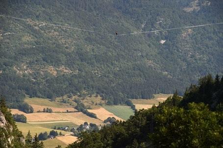Thách thức tử thần bằng cách đi trên dây xuyên qua vách núi