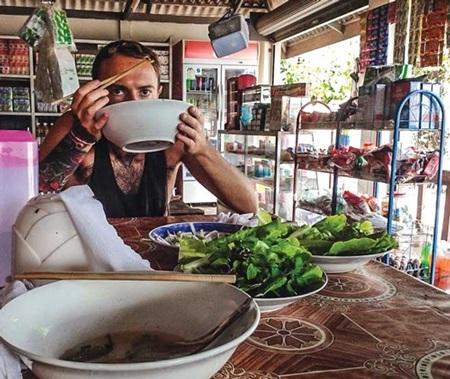 Du khách phương Tây ăn phở Việt trên đất Lào