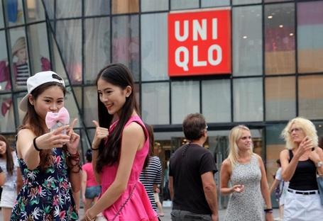 Rộ mốt chụp ảnh selfie với Uniqlo sau clip mây mưa