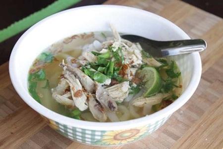 Tô khao piak xem ra không khác tô phở gà Việt Nam là bao