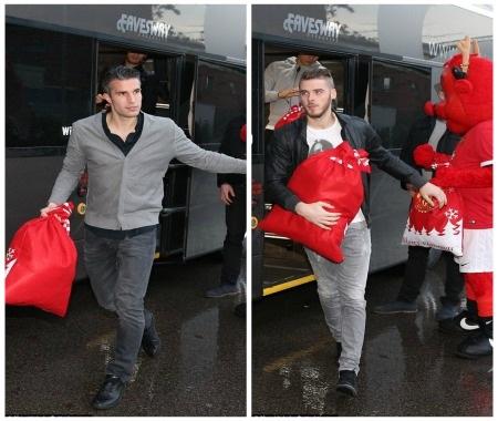 De Gea và Van Persie đến bệnh viện với những gói quà trên tay