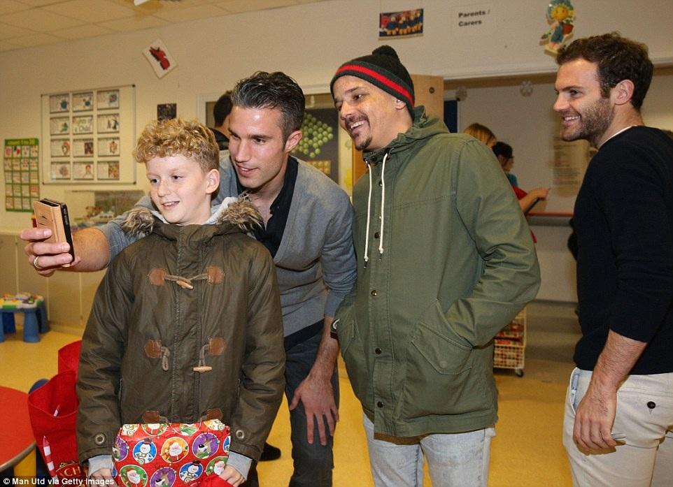 """Các cầu thủ MU tặng quà và chụp hình """"tự sướng"""" với các bệnh nhân nhí"""