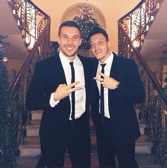Lukas Podolski và Mesut Ozil chụp hình nhí nhảnh sau buổi tối