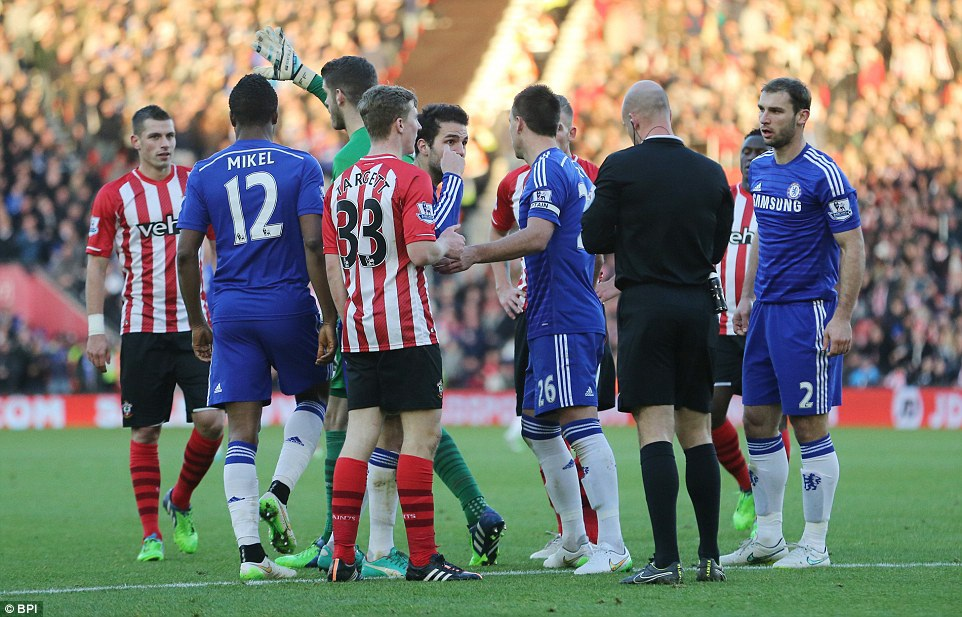 Tiền vệ Chelsea đòi hỏi một quả phạt đền...