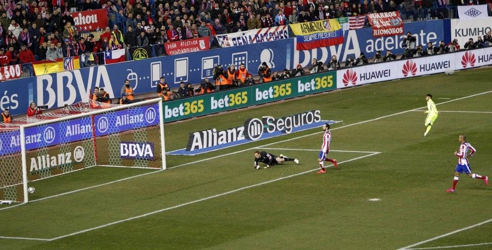 """""""Tiểu Pele"""" đem về bàn cân bằng tỉ số cho Barca chỉ 8 phút sau khi Torres lập công."""