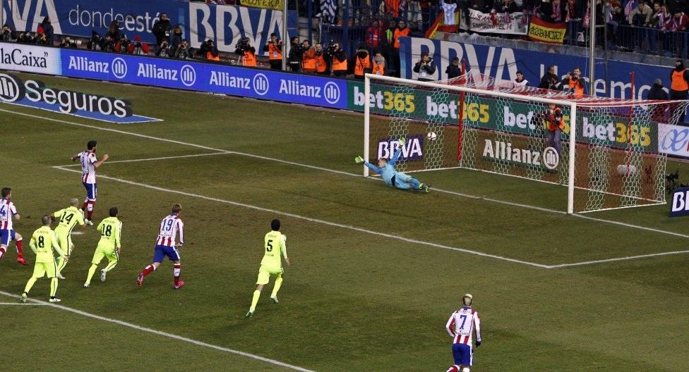 Raul Garcia tái lập lợi thế dẫn bàn cho đội chủ nhà trên chấm 11m.