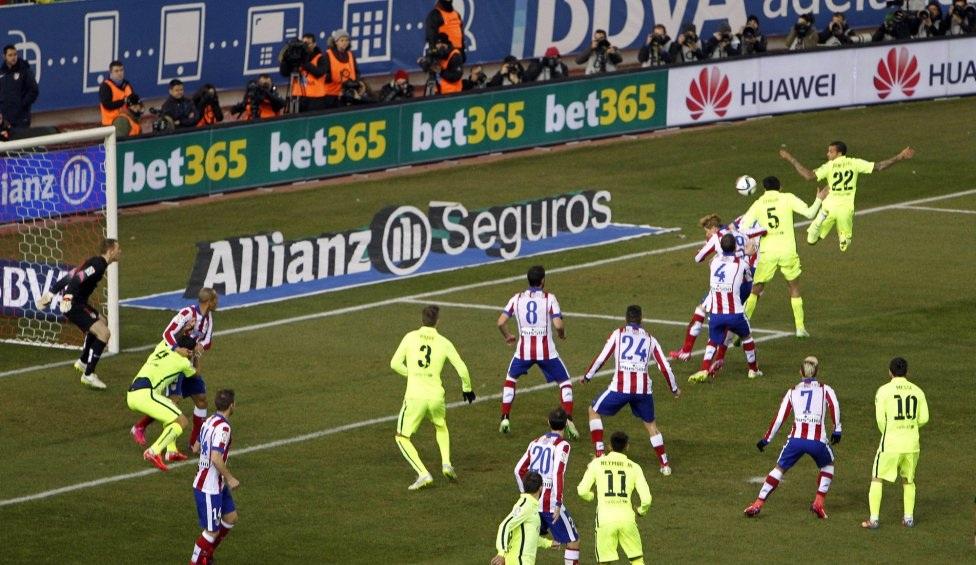 Pha bóng dẫn đến bàn san bằng tỉ số 2-2 cho Barca.