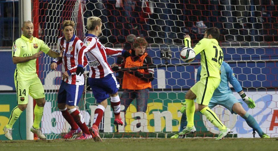 Miranda lóng ngóng đá phản lưới nhà sau pha đánh đầu của Busquets.