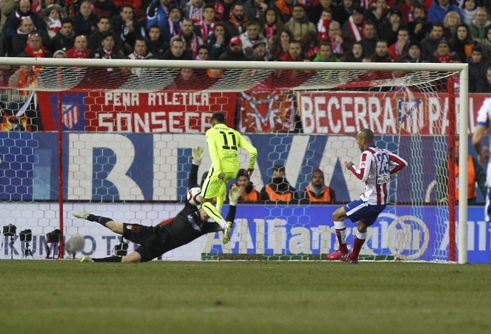 ...Neymar ập vào dễ dàng vượt qua thủ thành đối phương rồi đưa bóng vào lưới trống.