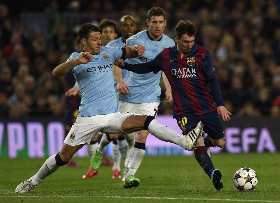 Messi dính chấn thương sau pha vào bóng của Demichelis