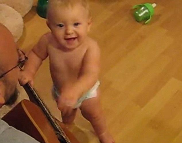 Fan nhí 8 tháng tuổi phiêu cùng nhạc Rock