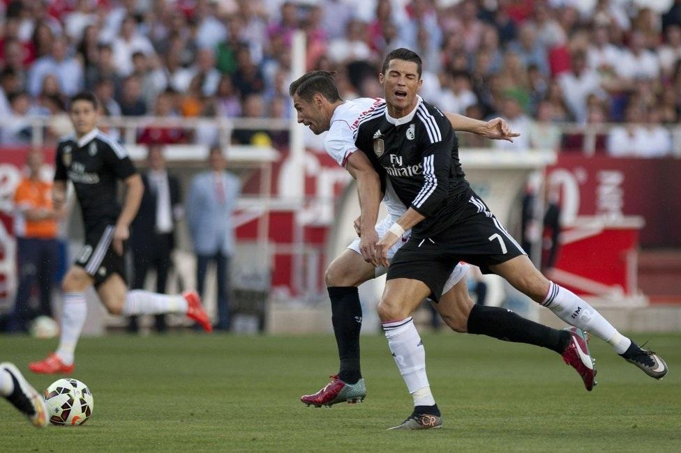 C.Ronaldo ngã trong vòng cấm nhưng trọng tài không cho rằng hậu vệ Sevilla phạm lỗi.