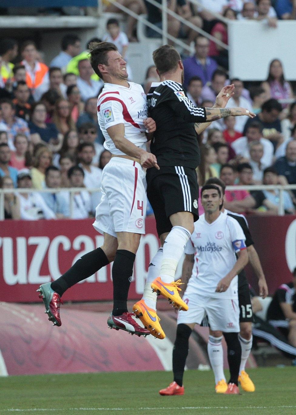 Kolo và Ramos va chạm mạnh trong một pha không chiến.
