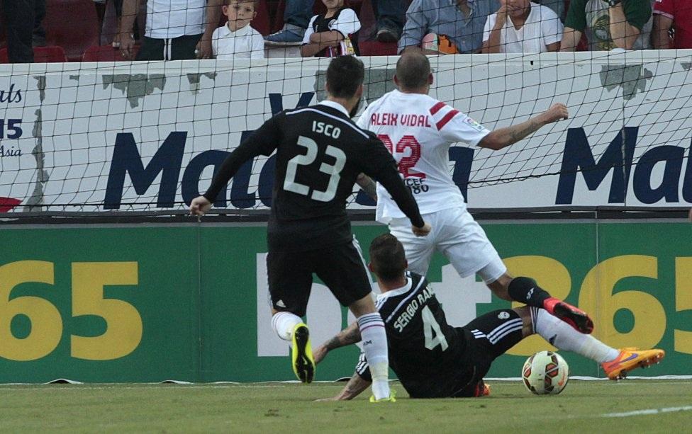 Ramos phạm lỗi thô thiển với Vidal trong vòng cấm.