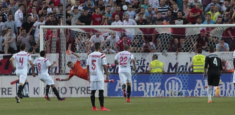 Bacca rút ngắn tỉ số xuống 1-2 cho Sevilla.
