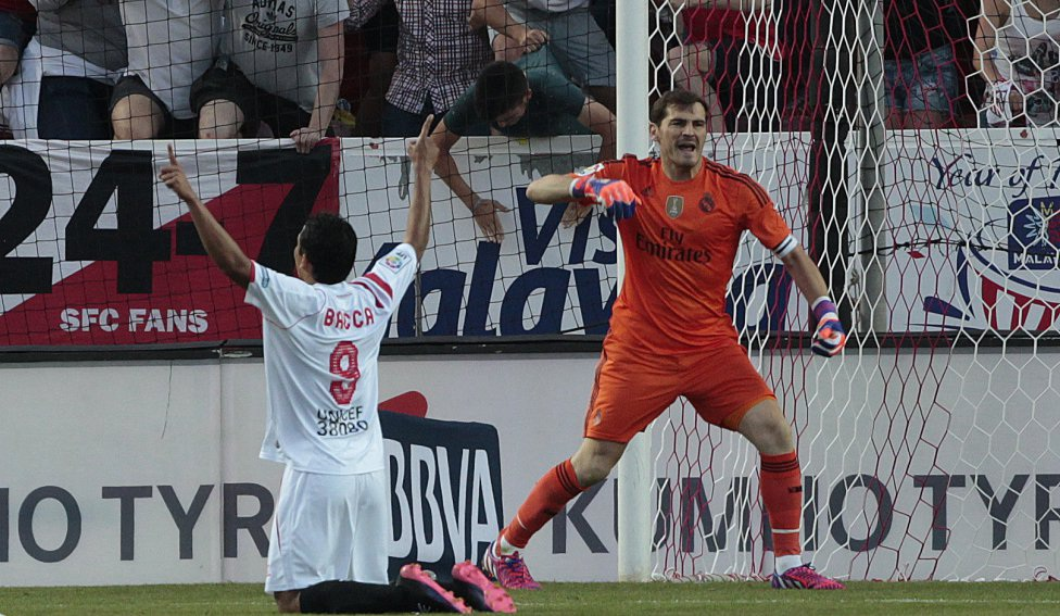 Casillas bực bội với các đồng đội ở hàng thủ.