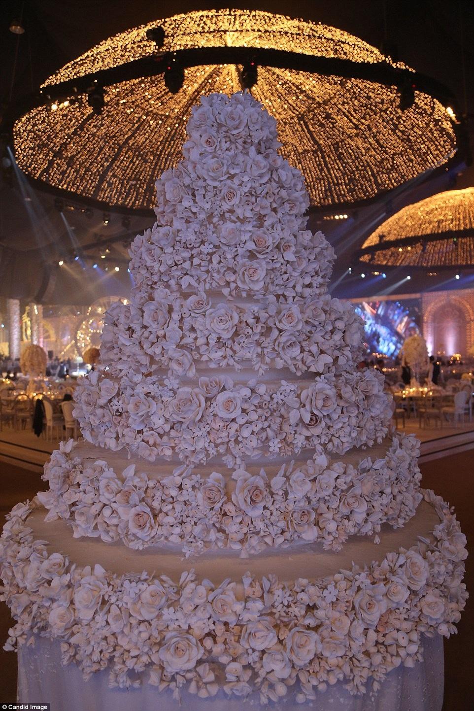 Bắt mắt nhất tiệc cưới là chiếc bánh kem khổng lồ cao 7 tầng